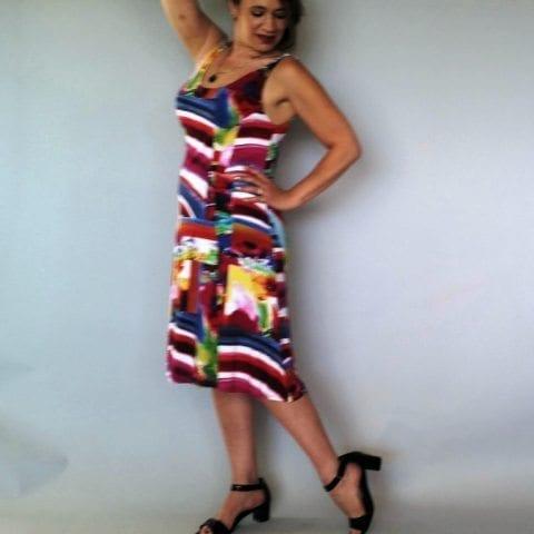 שמלה קטנה וצבעונית צד
