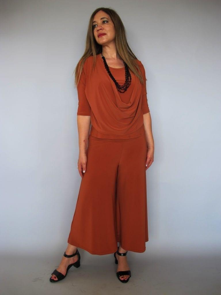 חליפה המורכבת מחולצת רבידה וחצאית מכנסיים כתום חמרה