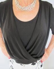 חולצת רבידה שחורה עם שרוול 3/4 עם שרשרת חרוזים סריגת יד פנינה