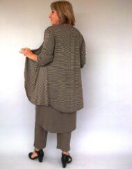 חליפת מכנסיים סריג בצבע חום זית אחורי